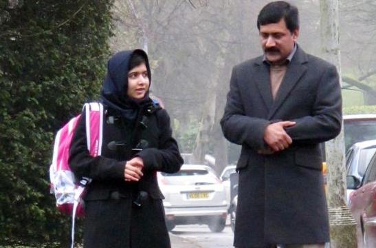 Malala Yousafzai e suo padre. Foto dal sito del Birmingham Mail.