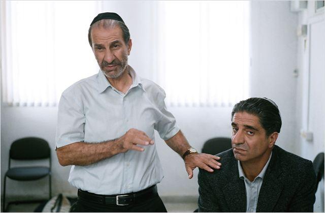 L'attore Sasson Gabai, che interpreta il fratello di Elisha e il suo difensore, ed Elisha (Simon Abkharian).