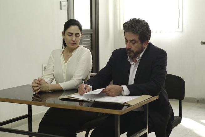 Ronit Elkabetz, che interpreta Viviane, con il suo avvocato.